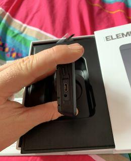 La prise micro-USB pour le recharger
