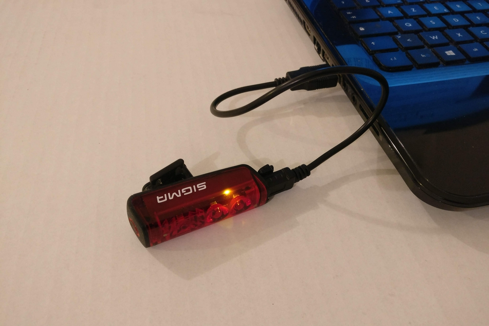 La recharge du Sigma Blaze se fait par câble USB