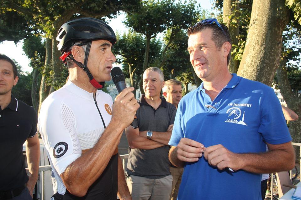 Laurent Jalabert en pleine interview avant le départ de sa course éponyme