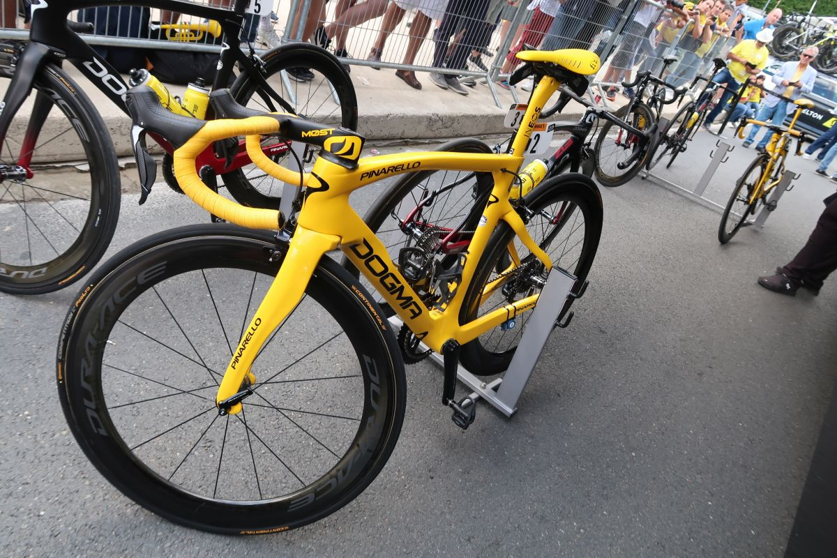 Le beau vélo jaune d'Egan Bernal au départ de l'ultime étape