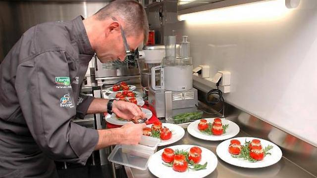 Luc Bousseau en pleine action dans sa cuisine