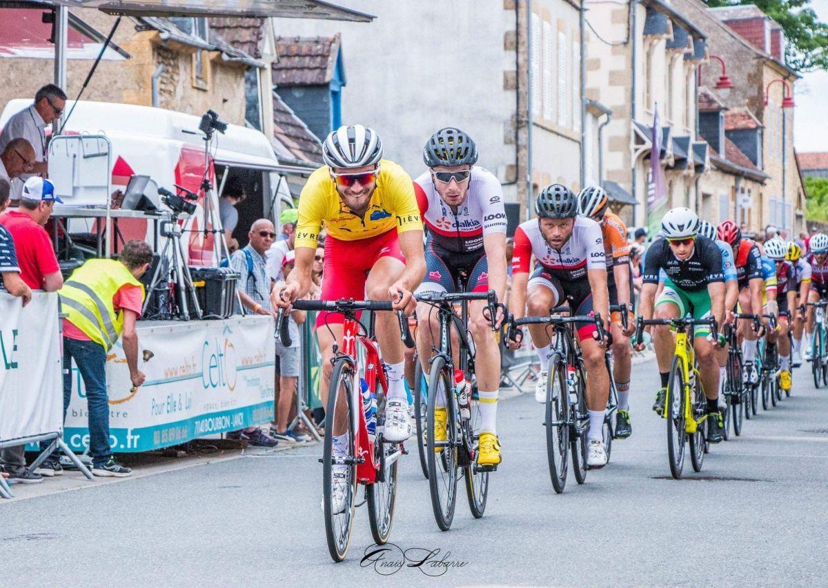 Marion Gaillard porteur du maillot jaune au Tour du Nivernais Morvan