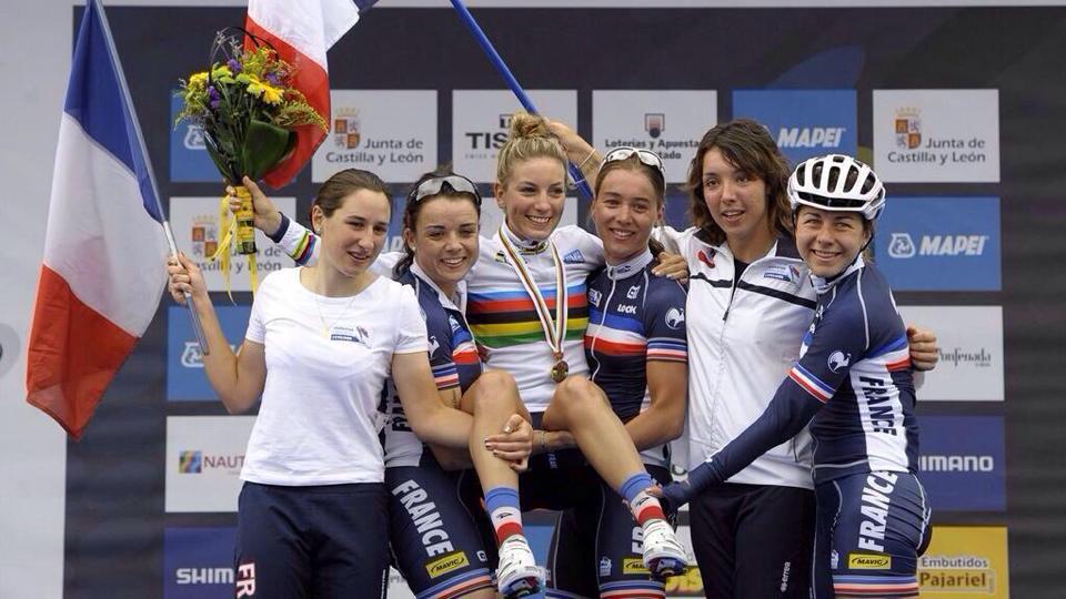 Pauline Ferrand-Prévot avec ses équipières sur le podium des mondiaux sur route de Ponferrada en 2014