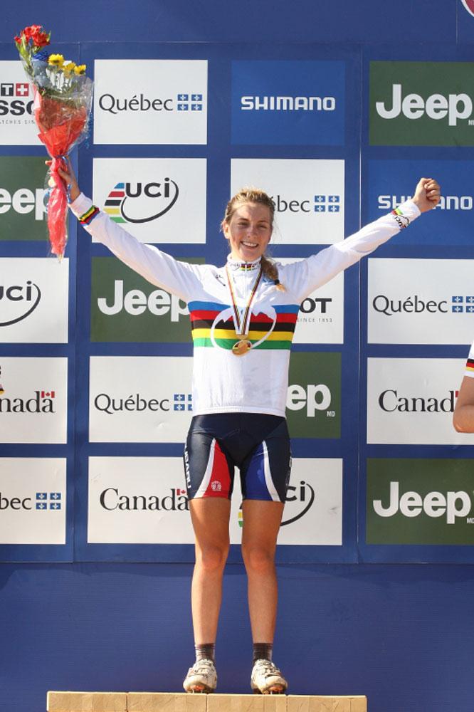 Pauline Ferrand-Prévot sur la plus haute marche du podium des mondiaux de VTT Juniors en 2010