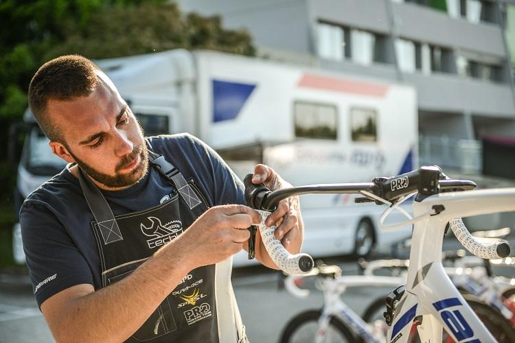 Thomas Bourgeois au travail sur l'une des machines de l'équipe Groupama FDJ