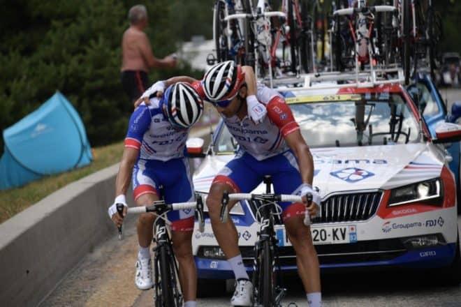 William Bonnet tente de réconforter Thibaut Pinot avant l'abandon du leader de la Groupama-FDJ