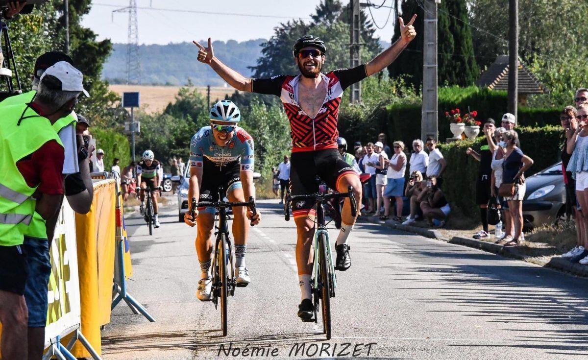Adrien Lagrée lève les bras sur ce Tour de Pays Roumois