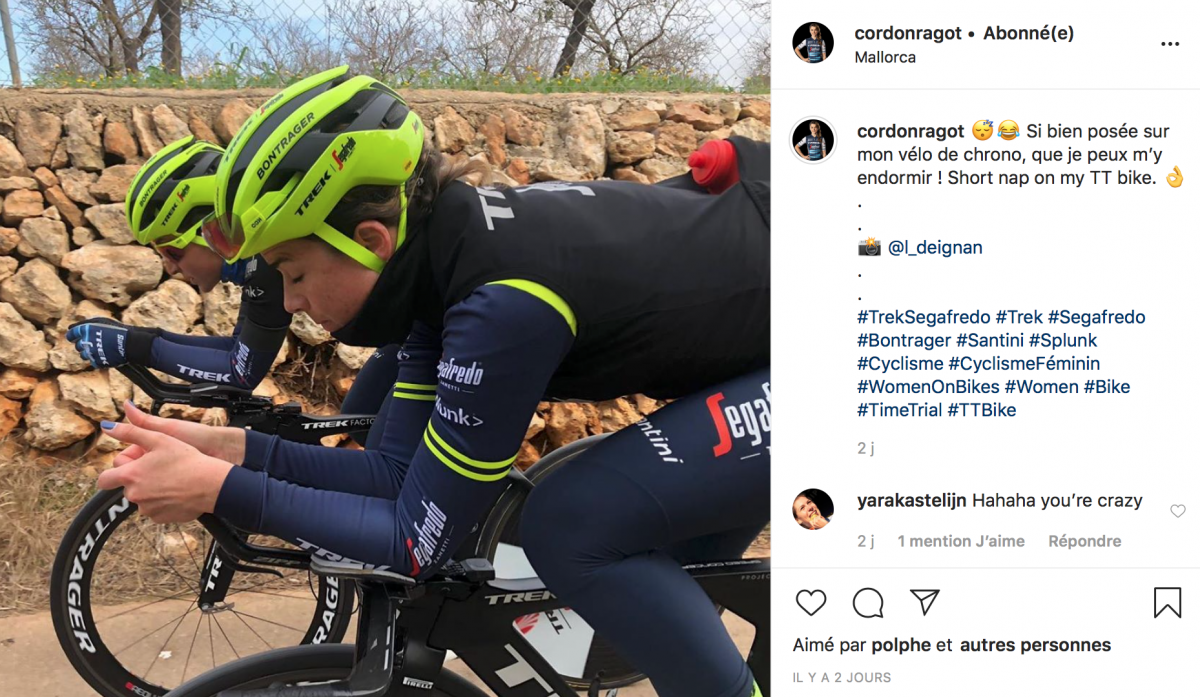 Audrey Cordon-Ragot fait la sieste sur son vélo de chrono