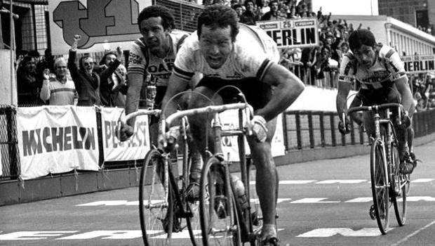 Bernard Hinault ivre de joie lors de sa victoire sur Paris-Roubaix en 1981