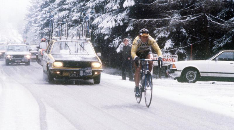 Bernard Hinault traversant le paysage enneigé de la Belgique pour remporter un Liège-Bastogne-Liège 1980 mythique