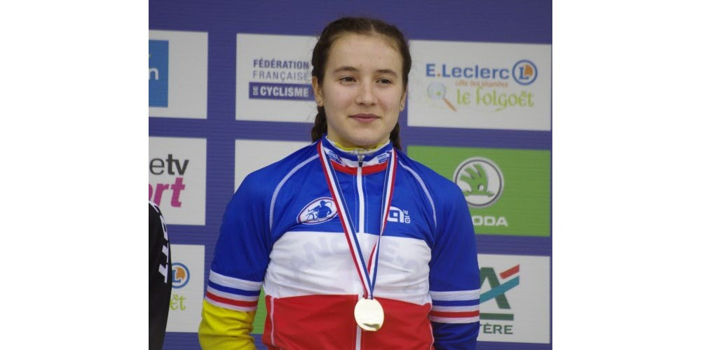 Jade Wiel sur la première marche du podium des championnats de France de cyclo-cross à Lanarvily en 2017