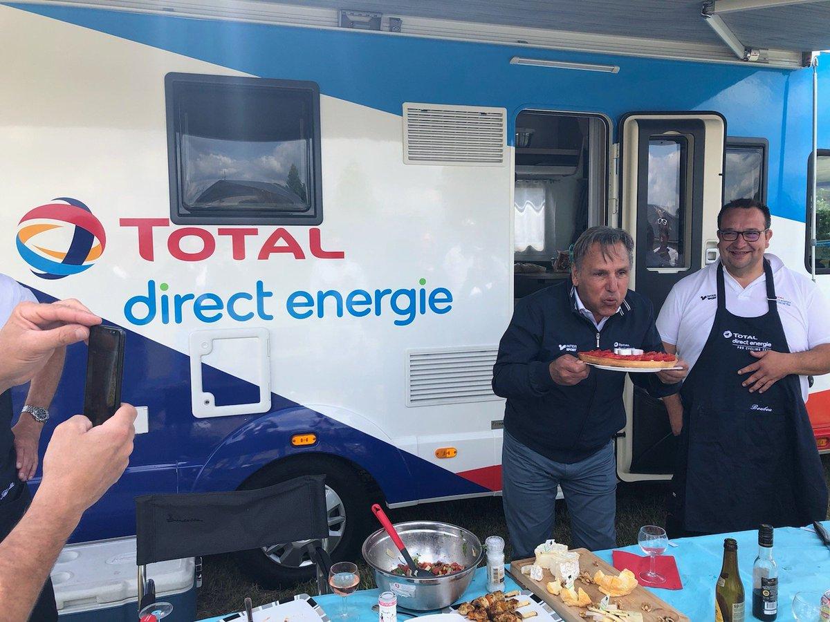 Jean-René Bernaudeau devant le camion-cuisine de Total Direct-Energie 1