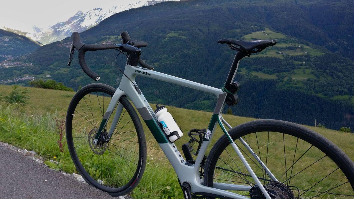 Le Cannondale SuperSix NEO Evo 2 est un vélo passe-partout