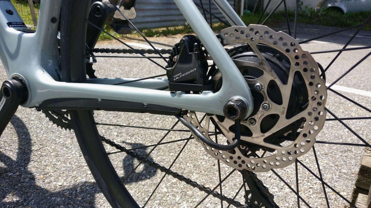 Le démontage de la roue arrière est rendu compliqué par le serrage et le cache