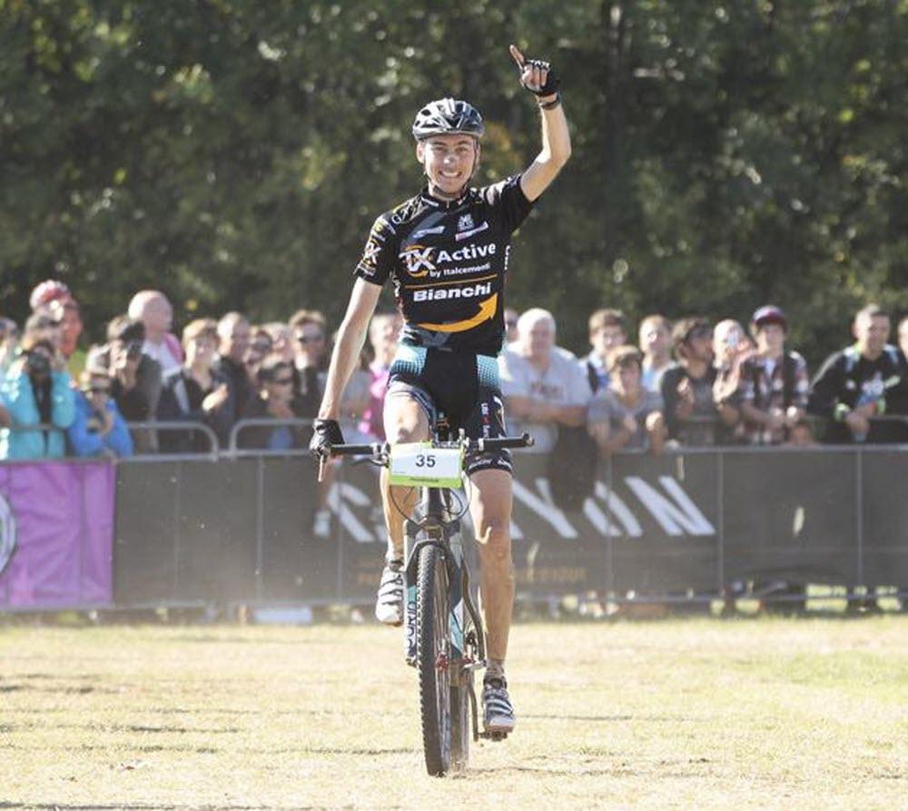 Stéphane Tempier célèbre sa première victoire sur le Roc d'Azur en 2012