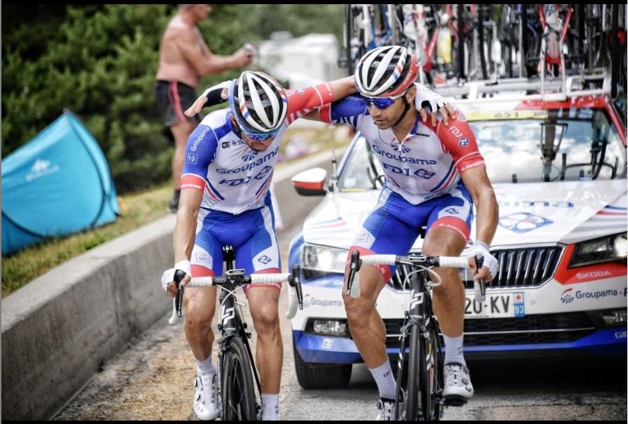 Thibaut Pinot réconforté par William Bonnet au moment de son abandon, au cours de la 19e étape du Tour de France 2019