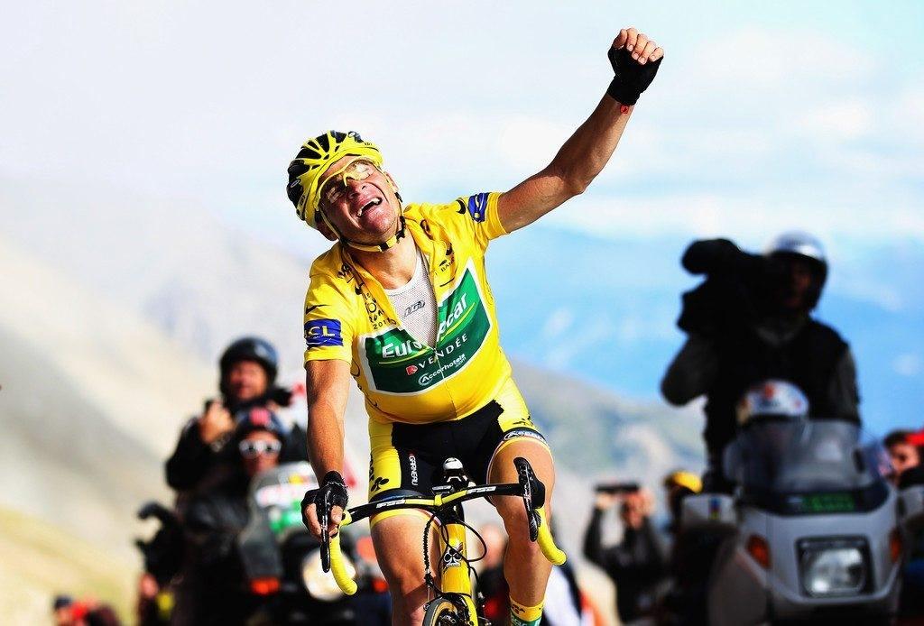 Thomas Voeckler lève un poing rageur après être parvenu à sauver son maillot jaune au sommet du Galibier en 2011