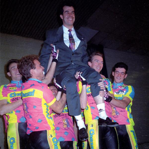 Vincent Lavenu porté par ses coureurs de l'équipe Chazal