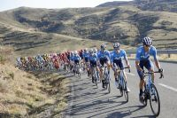 Movistar tire le peloton