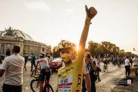 Tadej Pogacar sur les Champs Elysées en jaune