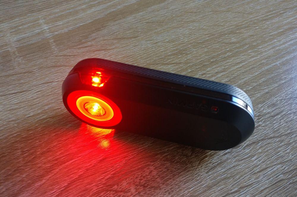 Grâce à deux LEDs situées sur les côté, le Varia est visible à 220°