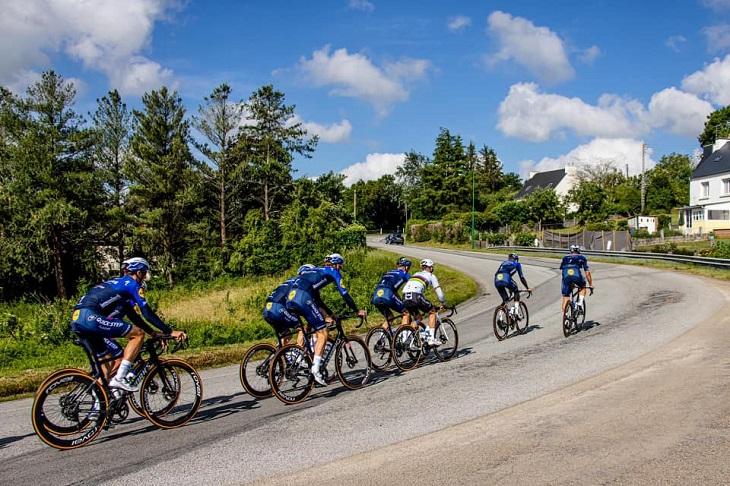 L'équipe Deceuninck Quick Step s'entraine sur les routes bretonnes avant le Tour