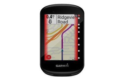 Le GPS émet une alerte et la position des véhicules s'affiche sur le bord de l'écran