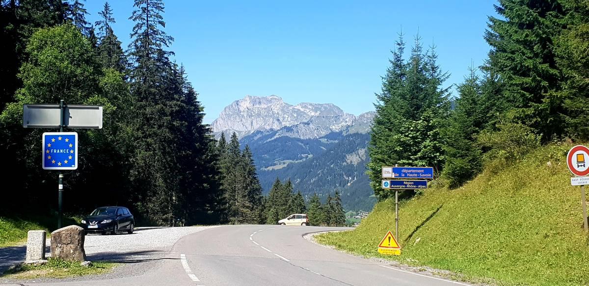Le sommet du Pas de Morgins marque la frontière entre Suisse et France
