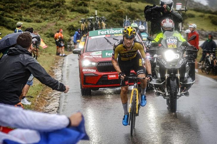 Primoz Roglic à l'attaque sous la pluie, pour une victoire qui lui tend les bras aux Lacs de Covadonga