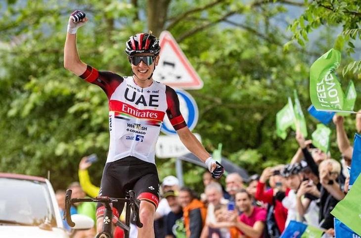 Tadej Pogacar au dessus du lot sur son Tour national